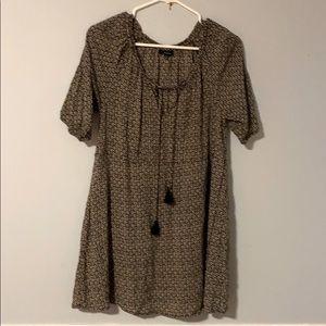 Medium-length short-sleeved top